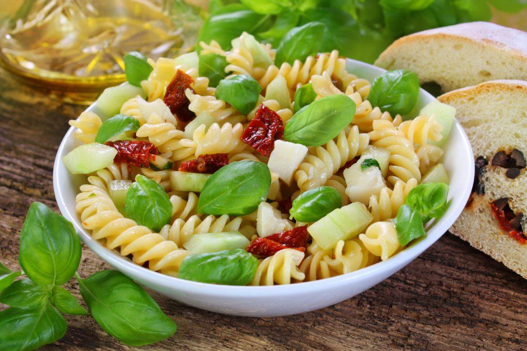 Griechische Gewürznudeln mit frischem Gemüse und Feta Rezept