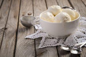 Schoko-Zimtnudeln mit Vanilleeis und Schokosoße Rezept