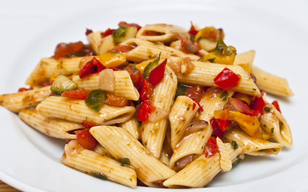 Tomaten-Paprika-Nudeln mit frischem Gemüse Rezept