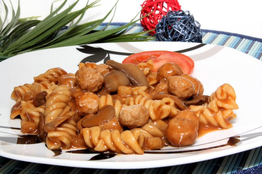 Tomaten-Paprika-Nudeln mit italienischem Gulasch Rezept
