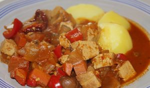 Tofu Gulasch vegan & vegetarisch